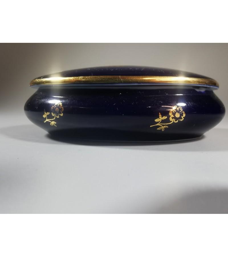 Dėžutė porcelianinė Fabrique et decore entierement a Limoges France konalto spalvos. Kaina 22