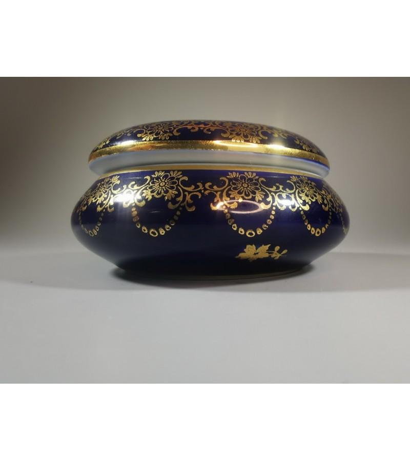 Dėžutė porcelianinė Fabrique et decore Limoges (France) konalto spalvos. Kaina 38
