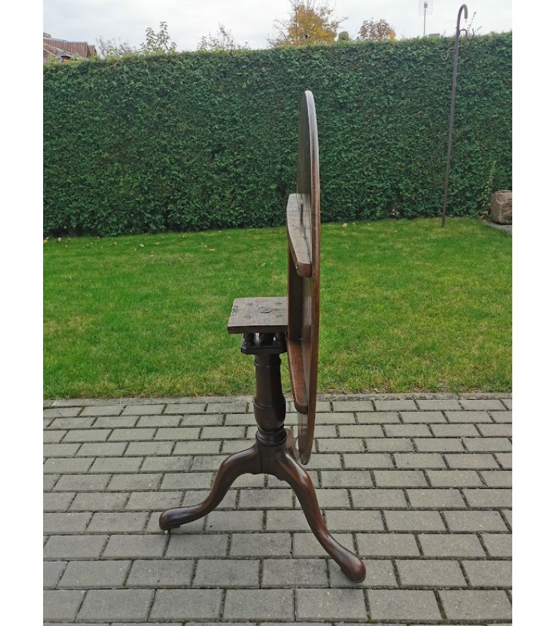 Stalas apvalus, atlenkiamu stalviršiu, antikvarinis, tvirtas, bronziniais ratukais. Kaina 183