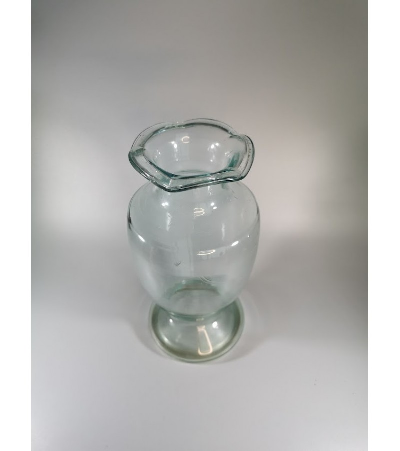 Vaza stiklinė, antikvarinė, paprasta ir elegantiška. Rasta Kaune, Žaliakalnyje. Kaina 53