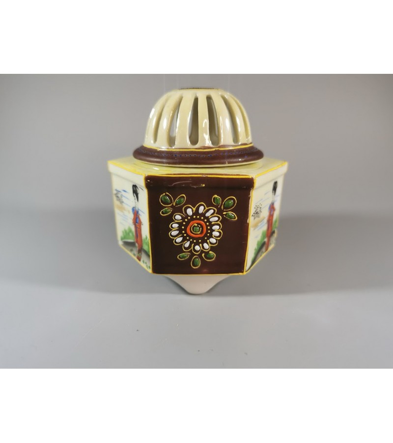 Dėžutė porcelianinė japoniška. Kaina 18