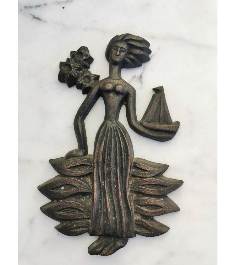 Bareljefas Moteris prie jūros. Kaina 36