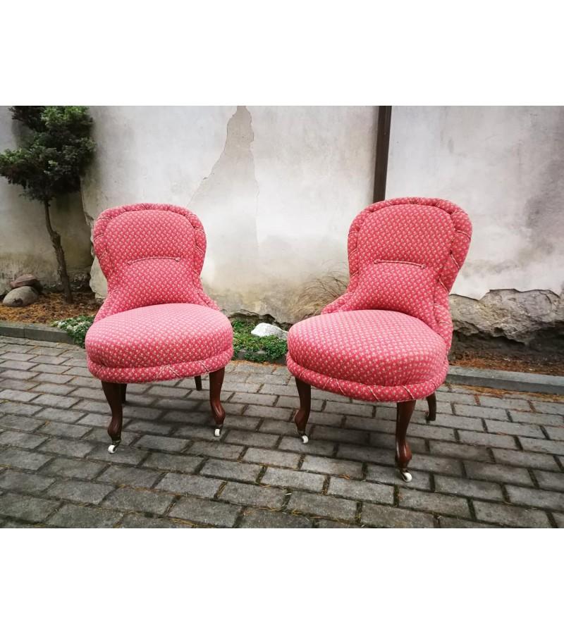 Foteliai antikvariniai nedideli su ratukais. 2 vnt. ir dvisėdis. Kaina foteliai po 143, dvisėdis 162