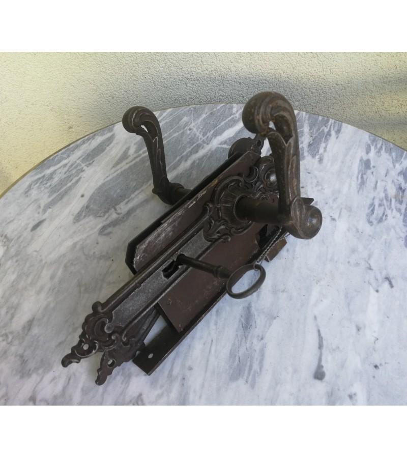 Spyna antikvarinė su rankenomis ir raktu. Kaina 82
