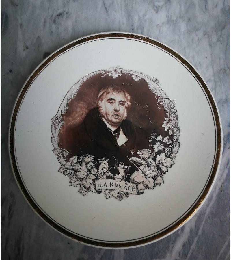 Lėkštė porcelianinė pakabinama, I. A. Krylov. Fabrikas Budi, 1960-70 m. Kaina 32 Eur.