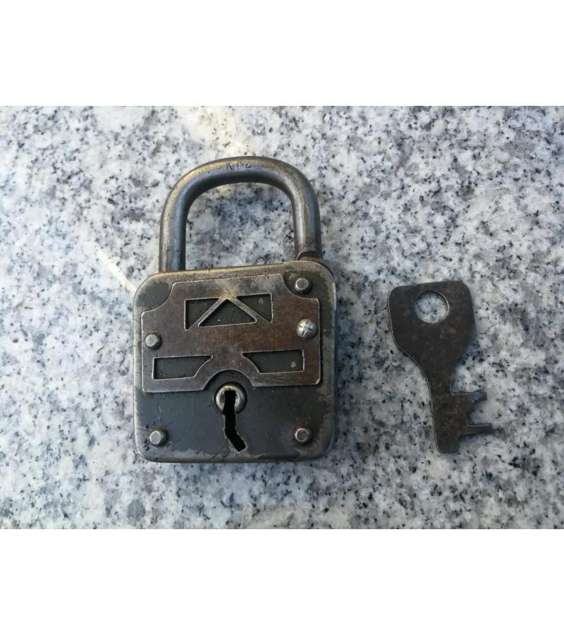 Spynelė antikvarinė lenkta anga ir raktu. Veikianti. Kaina 21