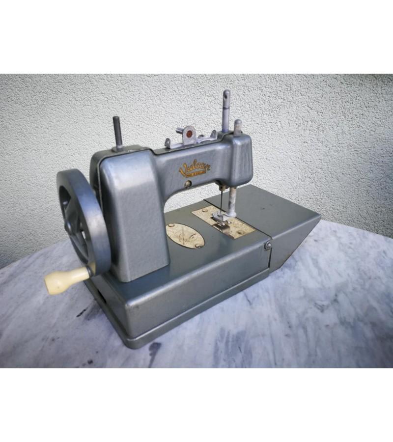 Siuvimo mašinėlė vaikiška, vintažinė, metalinė, angliška. Kaina 28