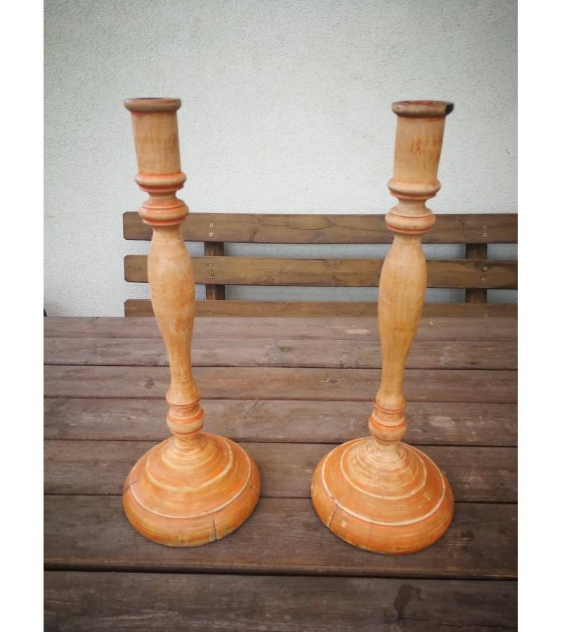 Žvakidės lietuviškos tarpukario medinės, didelės. 2 vnt. Kaina 62 už abi.