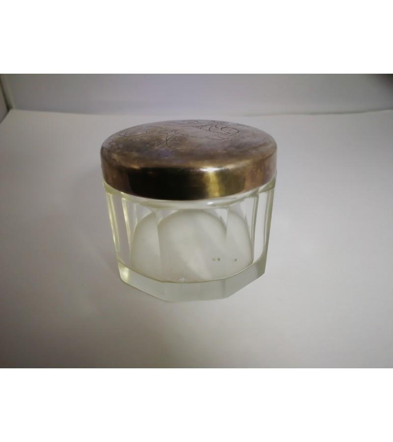 Dėžutė stiklinė antikvarinė. Kaina 8