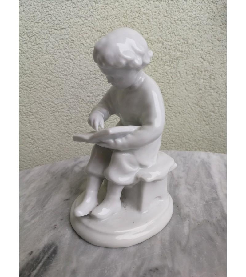 Statulėlė porcelianinė tarybinė Berniukas skaito. Kaina 38
