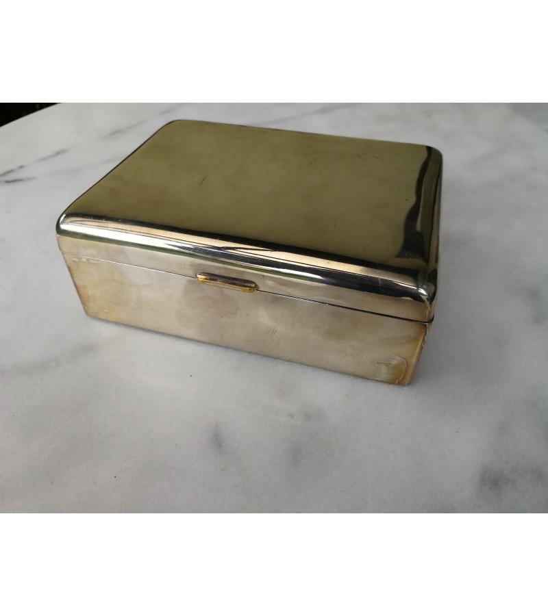 Dėžutė metalinė, antikvarinė. Kaina 17