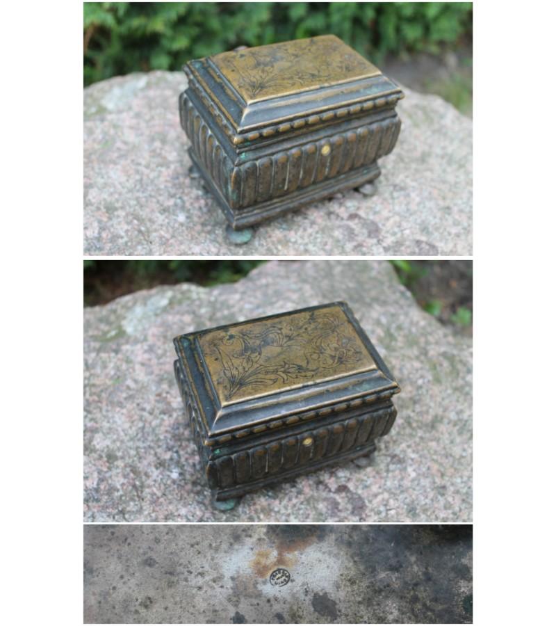 Dėžutė Varšavska, cukrinė, XIX a. antra pusė. Kaina 72 Eur.
