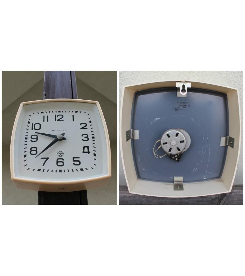 Laikrodis STRELA plastmasiniu korpusu. Kaina 42
