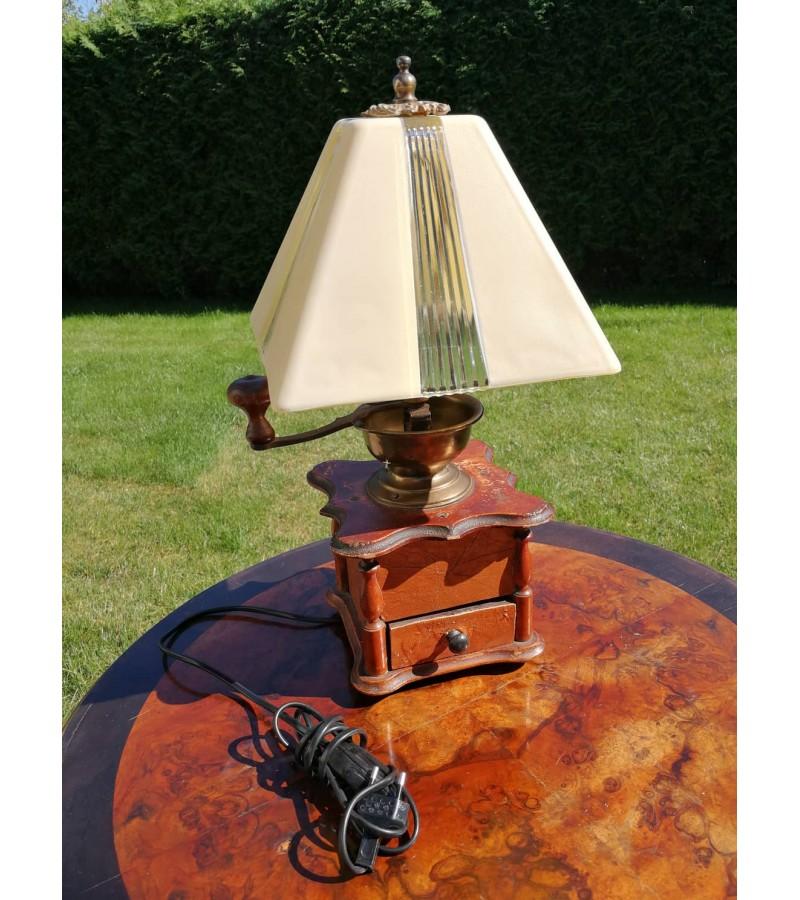 Stalinis šviestuvas - kavamalė Art Deco stiliaus gaubtu. Kaina 98