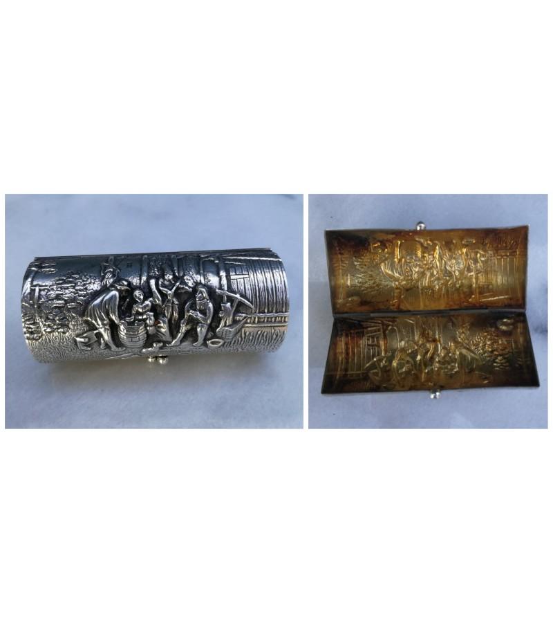 Dėžutė lupdažiui nešiotis antikvarinė, sidabruota, reljefiniu piešiniu. Kaina 27