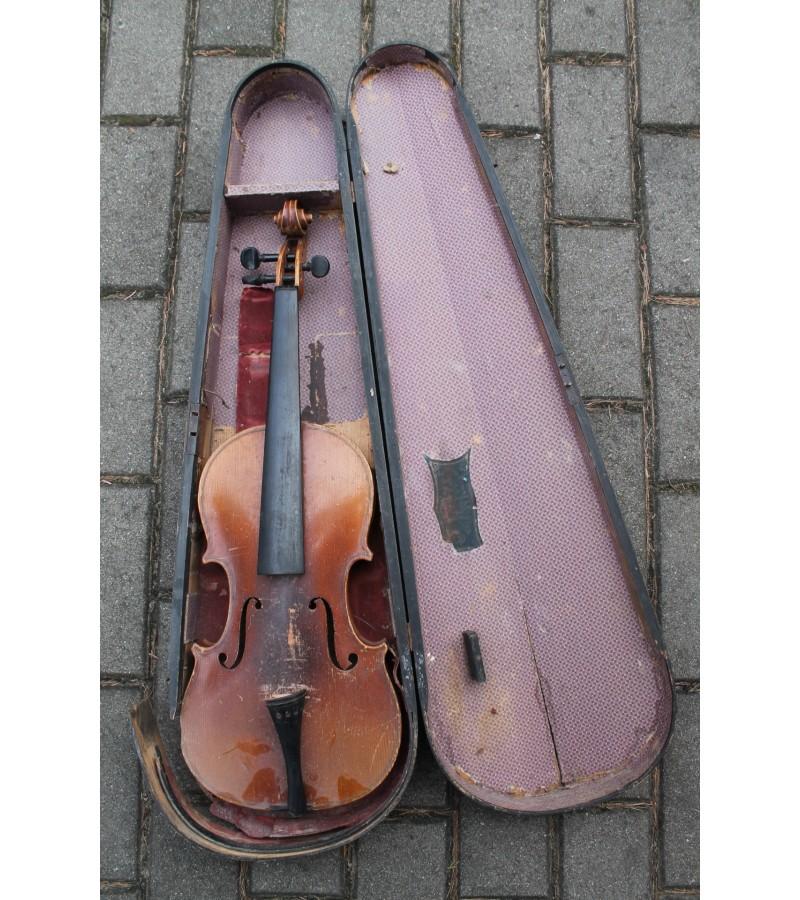 Antikvarinis smuikas mediniame futliare. Kaina 57