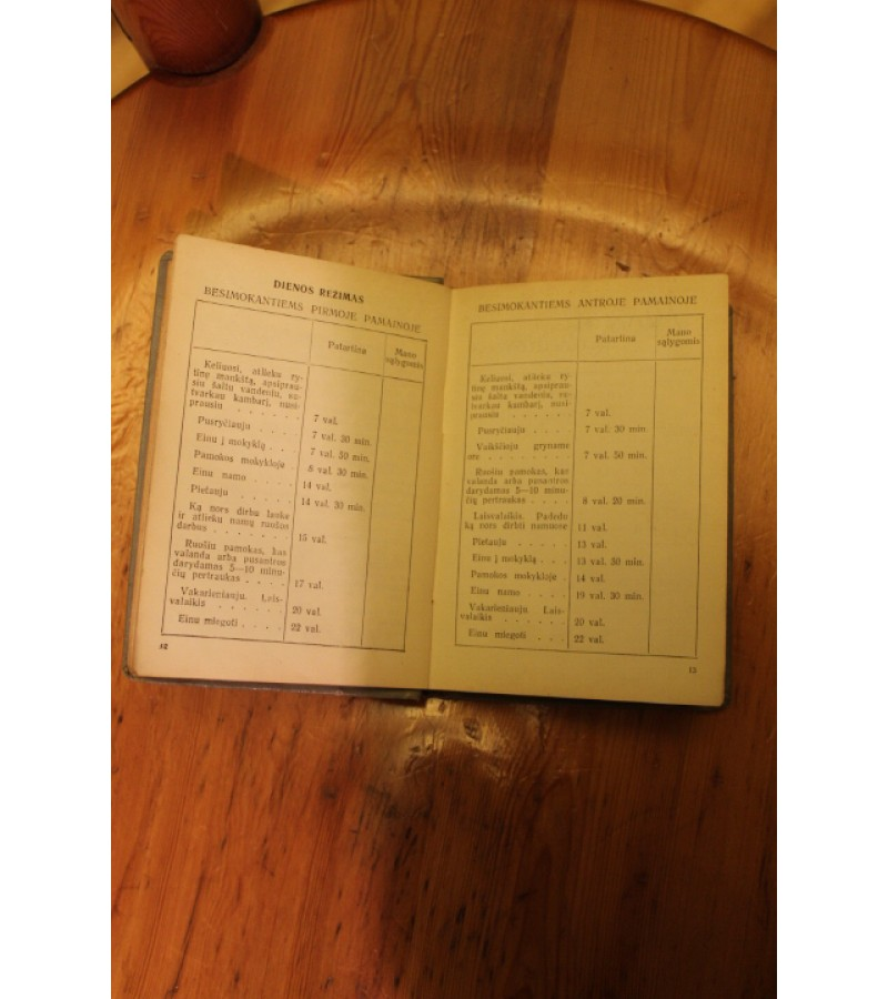 Atverstas kalendorius. 1960/61 m.m.. Kaina 13 Eur.