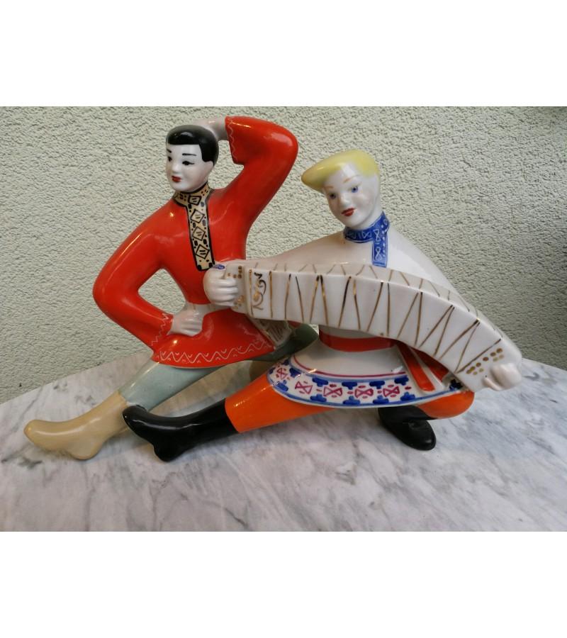 Statulėlė porcelianinė Šokanti pora. Kaina 62