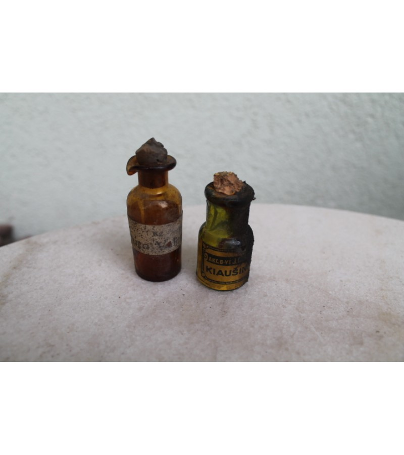 Prieskario vaistu buteliukai su etiketemis. LIKO TIK ANTRASIS.Kaina 4 Eur.