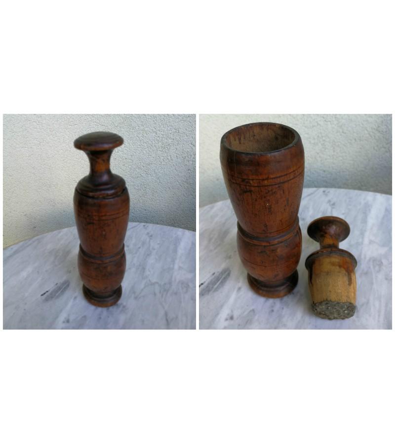 Pipirų grūstuvė medinė, antikvarinė. Kaina 23