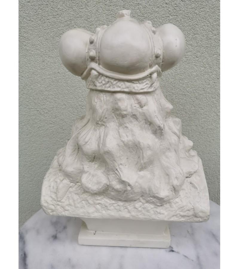 Vytauto biusto kopija 1990 m. pagaminta pagal Bernardo Bučo XX a. 3 deš., Vytauto biustą. Svoris 15 kg. Gipsas. Kaina 285