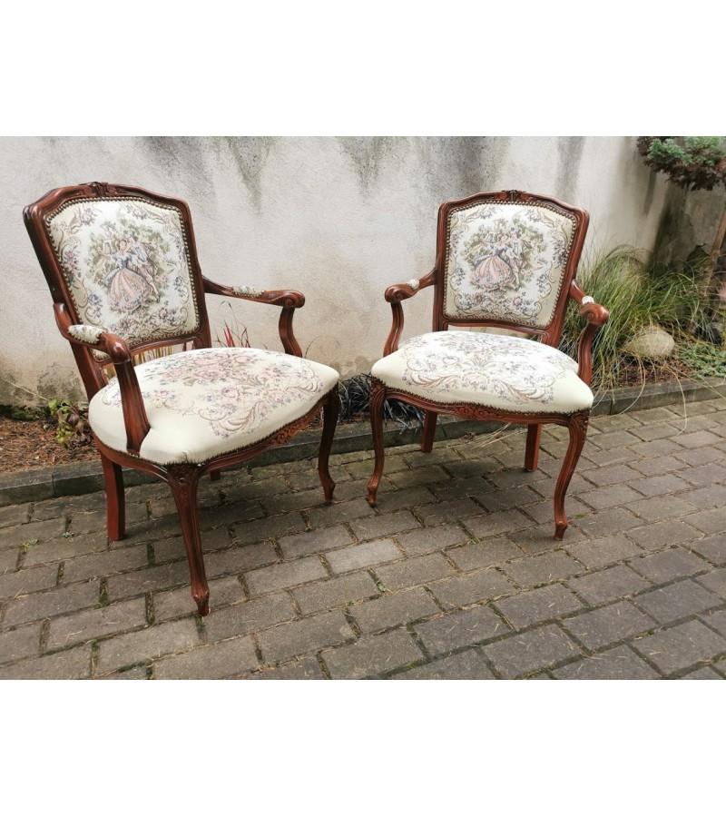 Foteliai, krėslai antikvarinio stiliaus, siuvinėti. Lengvi ir patogūs. Kaina po 92