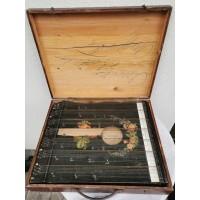 Citra antikvarinė su mediniu lagaminu ir derinimo raktu. Kaina 72