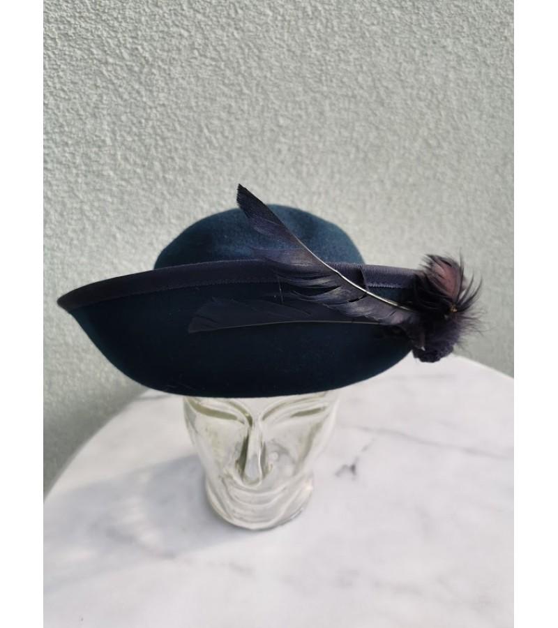 Skrybėlė angliška su plunksna. Kaina 21