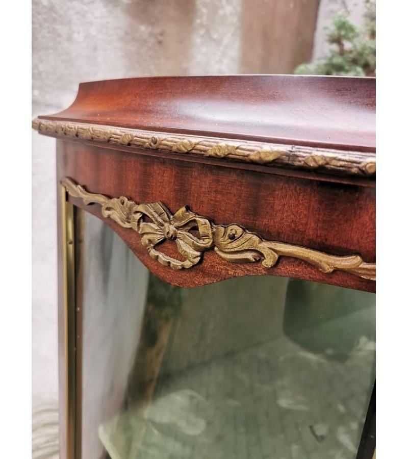 Vitrina ampyro stiliaus puošta bronza. Kaina 485
