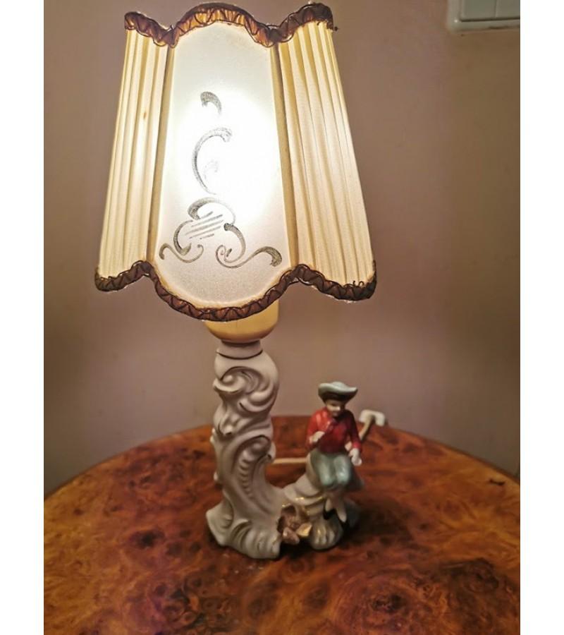 Šviestuvas stalinis-porcelianinė statulėlė Berniukas. Kaina 44