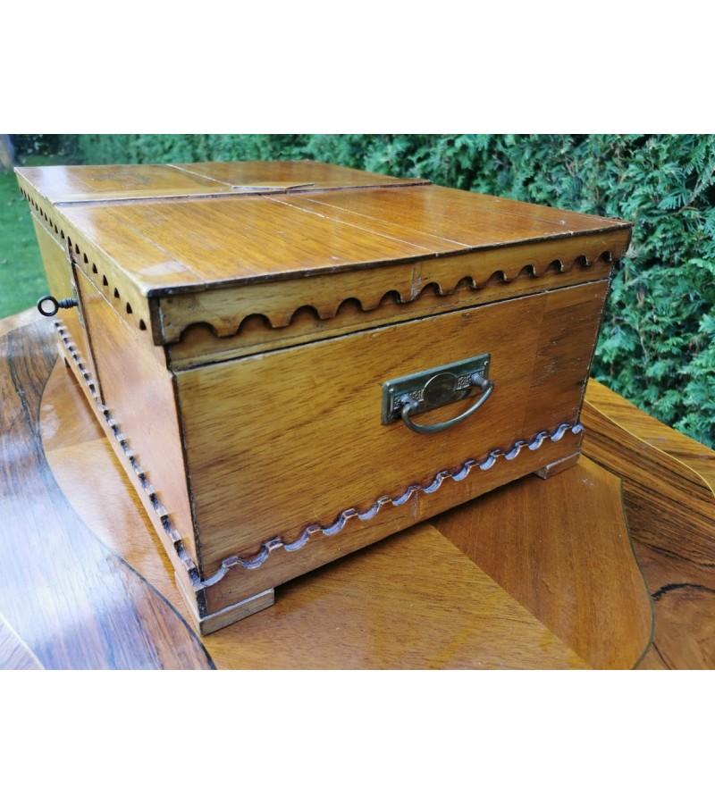 Skrynelė medinė, antikvarinė, rakinama. Kaina 52