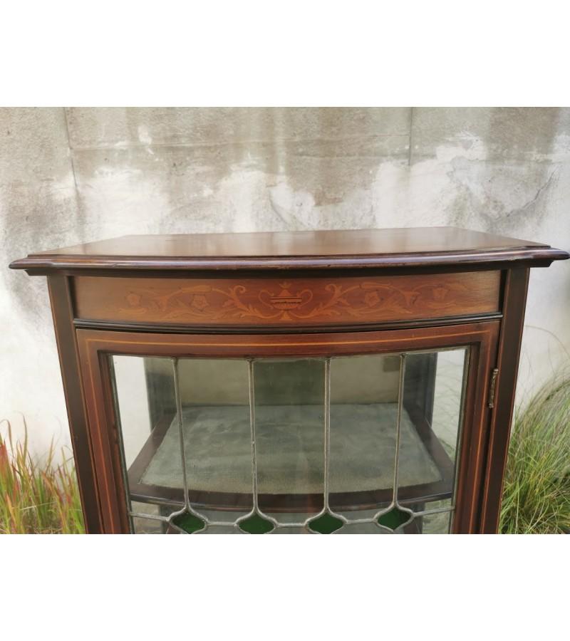 Vitrina antikvarinė puošta spalvotu stiklu. Kaina 285