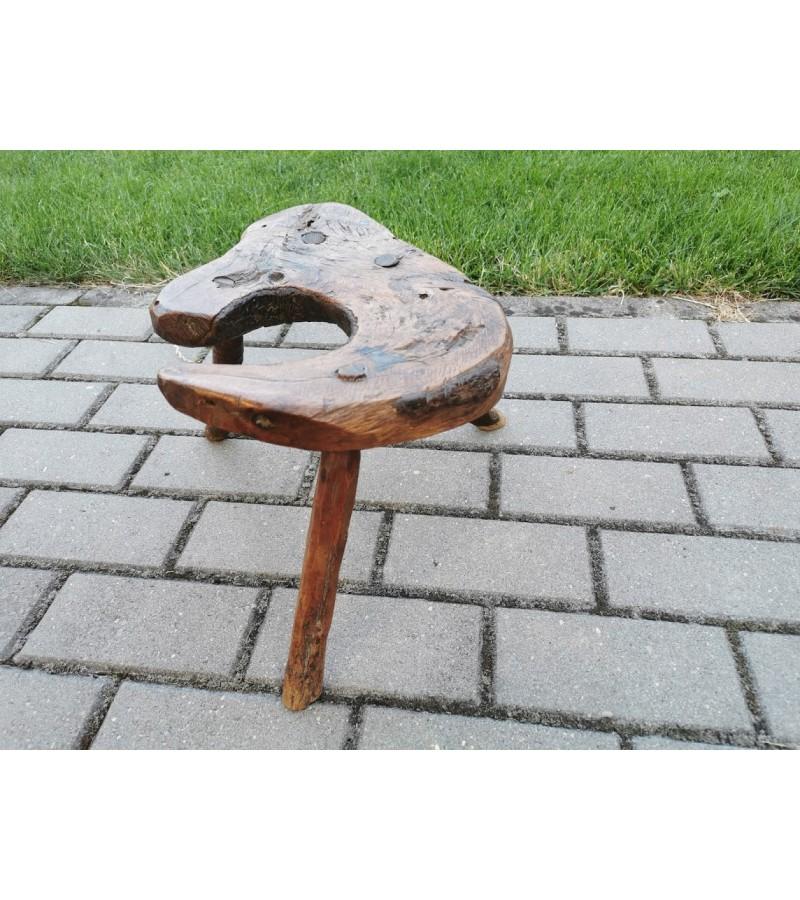 Kėdutė, stovelis medžio masyvo, etnografinė, liaudiška, antikvarinė ant trijų kojų. REZERVUOTA