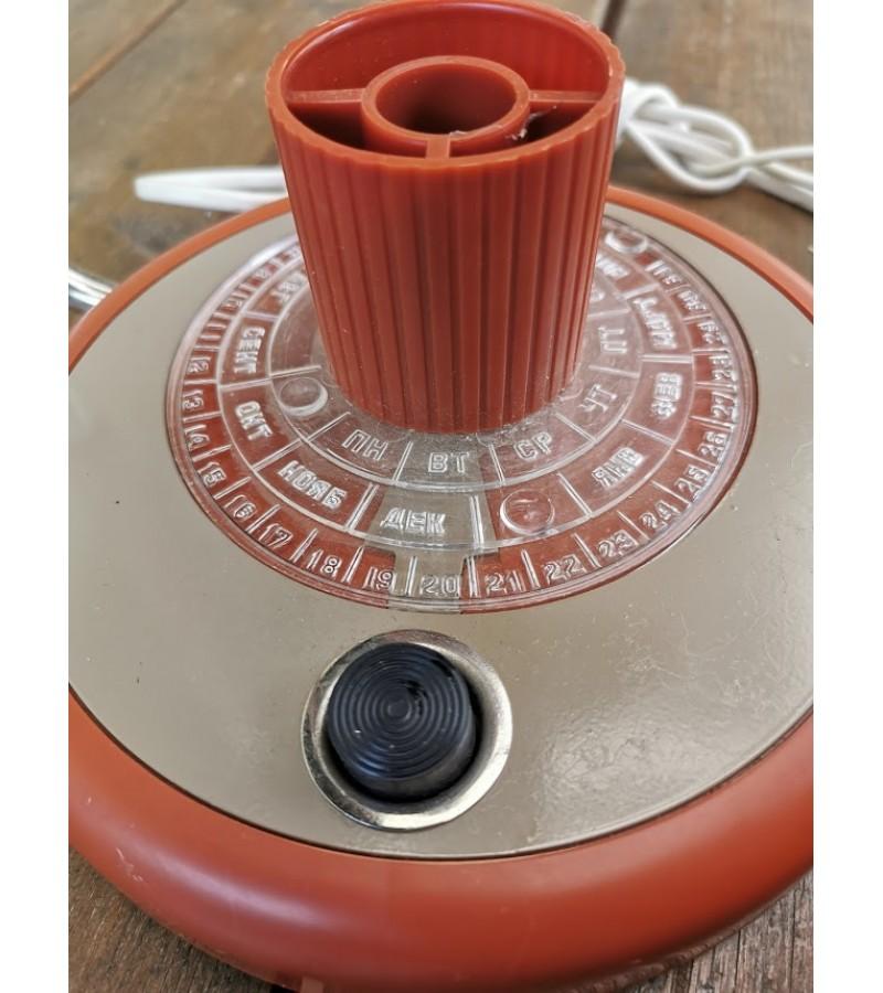 Šviestuvas, lempa nenaudota, stalinė, reguliuojama, tarybinė su kalendoriumi ir pieštukine. Kaina 82
