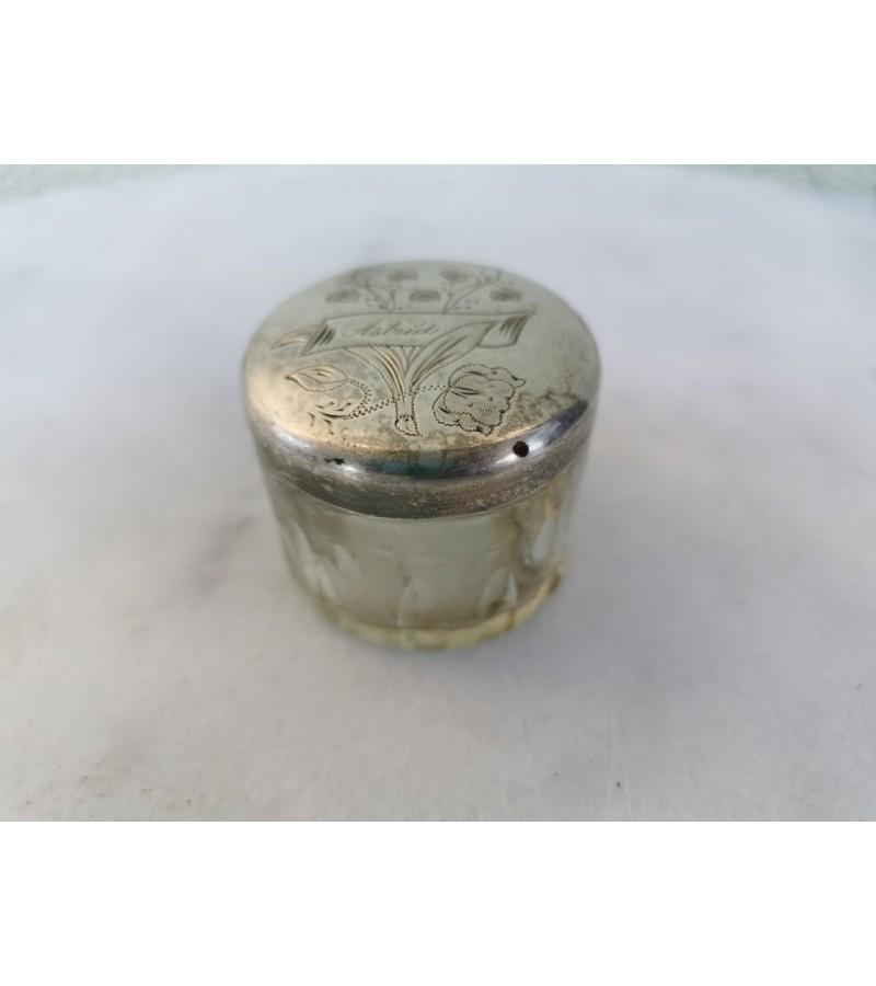 Dėžutė stiklinė, antikvarinė, sidabruotu dangteliu. Kaina 7