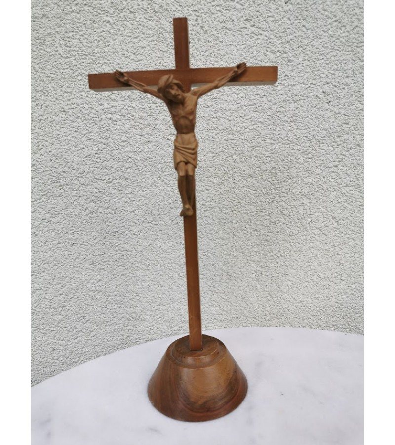 Kryžius, nukryžiuotasis ne medinis, pastatomas. Kaina 12