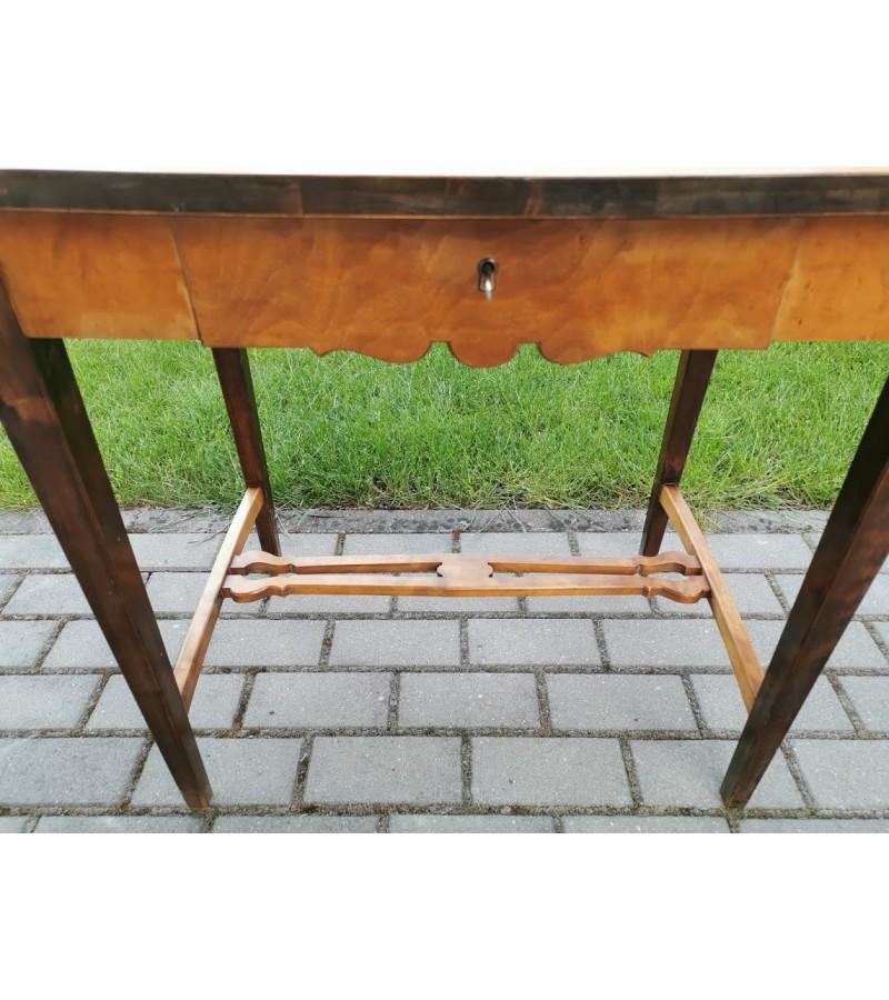 Staliukas antikvarinis, pailginamas atlenkiamais galais, su stalčiumi. Kaina 87