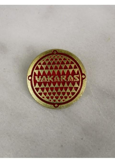 Ženklelis tarybinių laikų Kauno kavinės VAKARAS personalo. Parduodu daugiau vienetų. Skersmuo 4,5 cm. Kaina  už vnt.