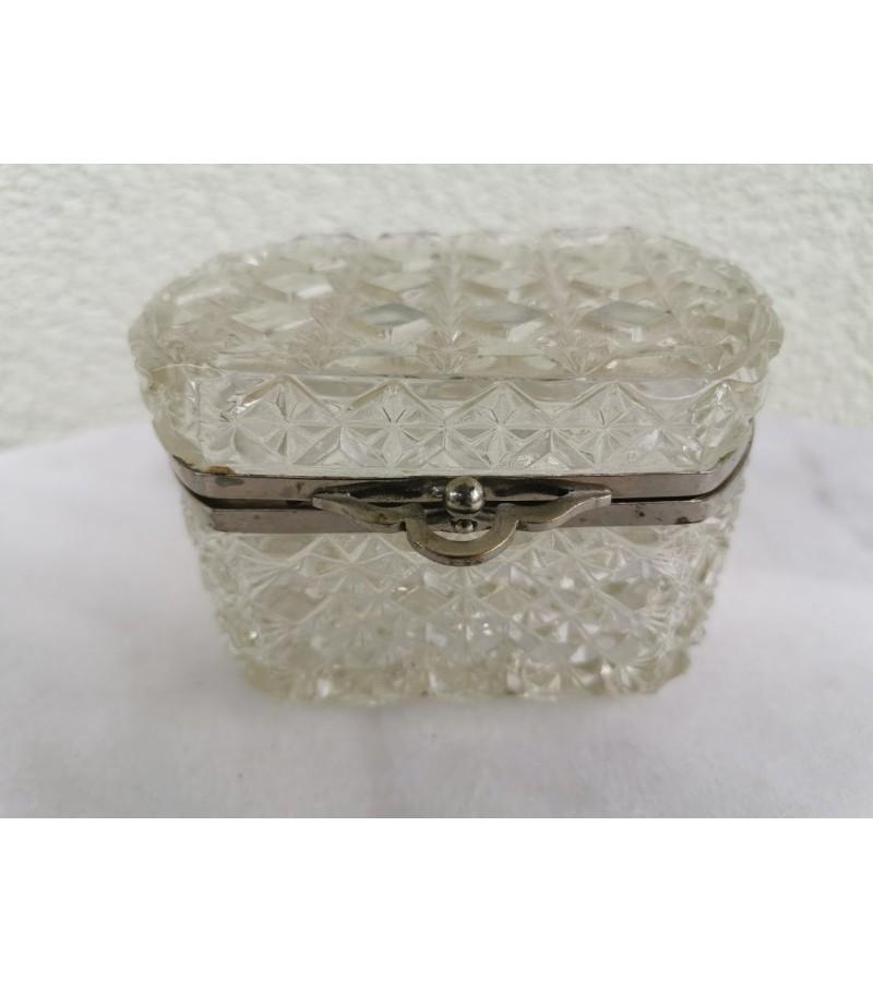 Dėžutė stiklinė, antikvarinė. Kaina 27