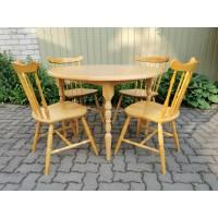 Stalas su 4 kėdėmis. Pagaminta Švedijoje. Kaina 110 už viską.