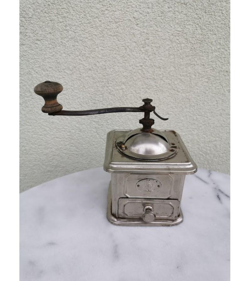 Kavamalė antikvarinė, metalinė. Kaina 48