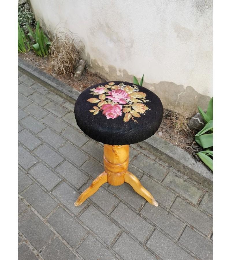 Kėdė antikvarinė, sraigtinė, mediniu sraigtu, reguliuojamo aukščio. Kaina 52
