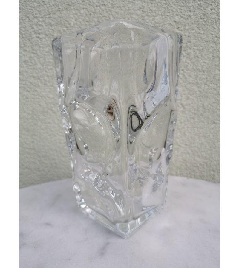 Vaza vintažinė, storo stiklo, sunki. Kaina 42