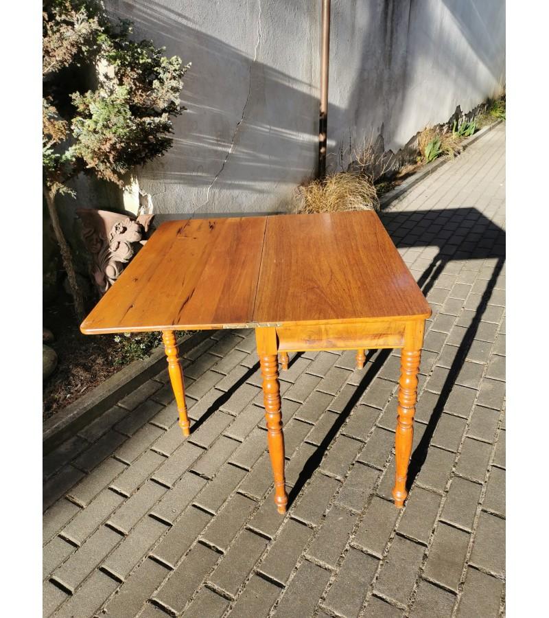 Konsolė - staliukas atlenkiamas, antikvarinis su papildoma atramine koja, nedidelis. Tvirtas ir stabilus. Kaina 162