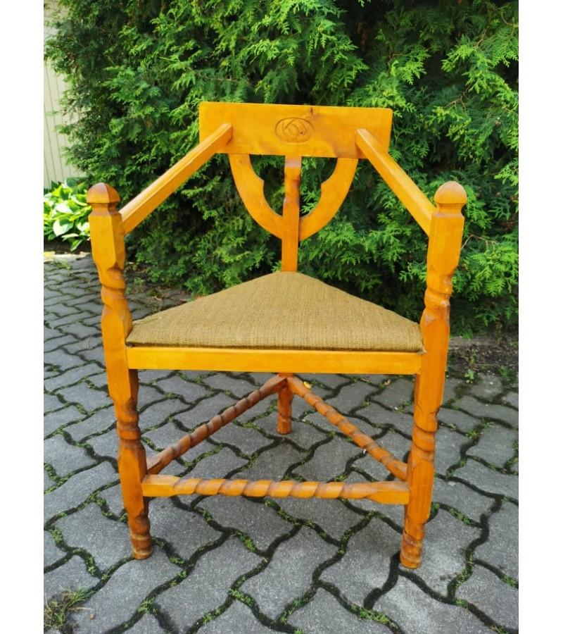 Kėdė trikampė antikvarinė, tvirta. Kaina 32