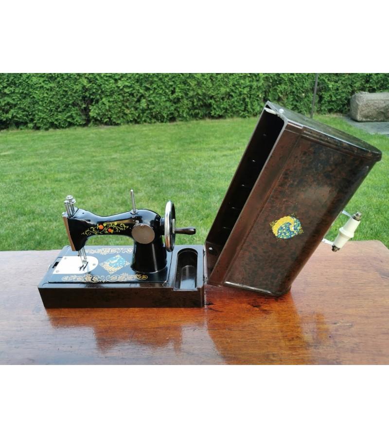 Siuvimo mašinėlė siuvanti, vaikiška, tarybinė su originaliu gaubtu. Kaina 62