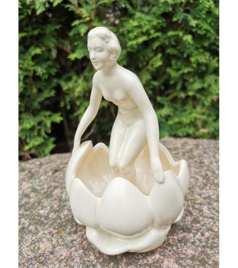 Statulėlė-vazelė gėlėms Moteris. Kaina 12
