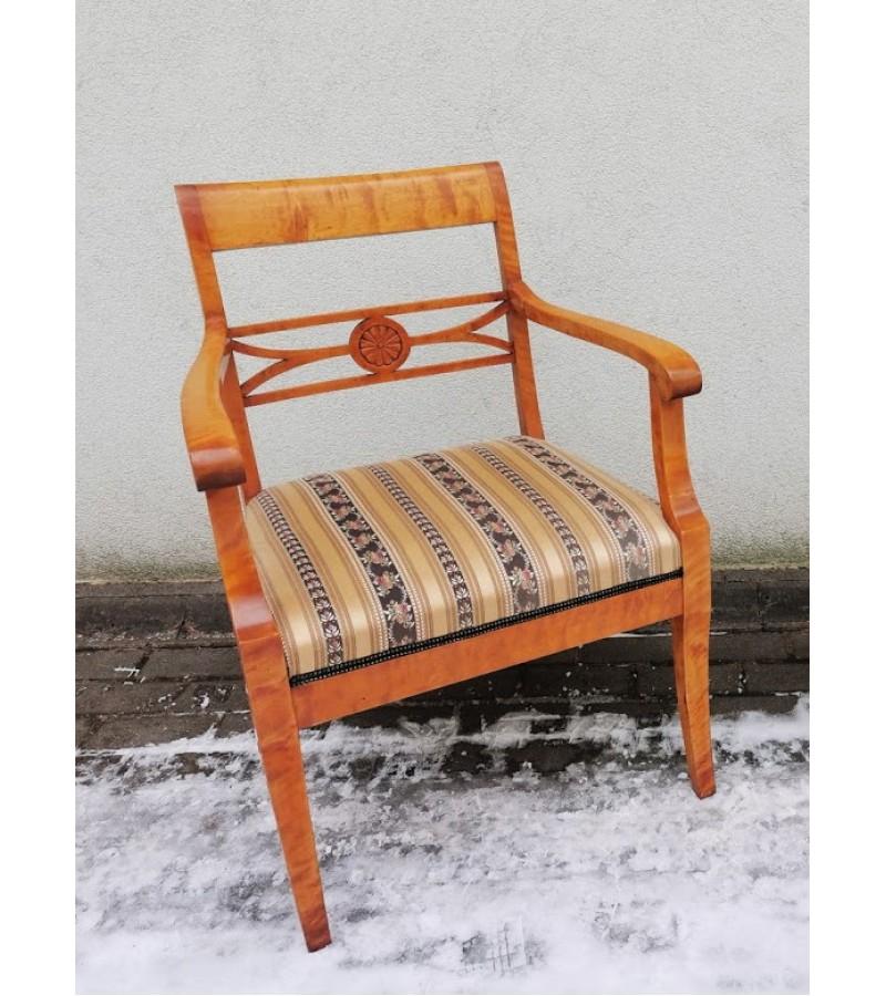 Kėdės 2 vnt, krėslas antikvariniai, medžio masyvo. Kaina krėslo 127, kėdės po 48.